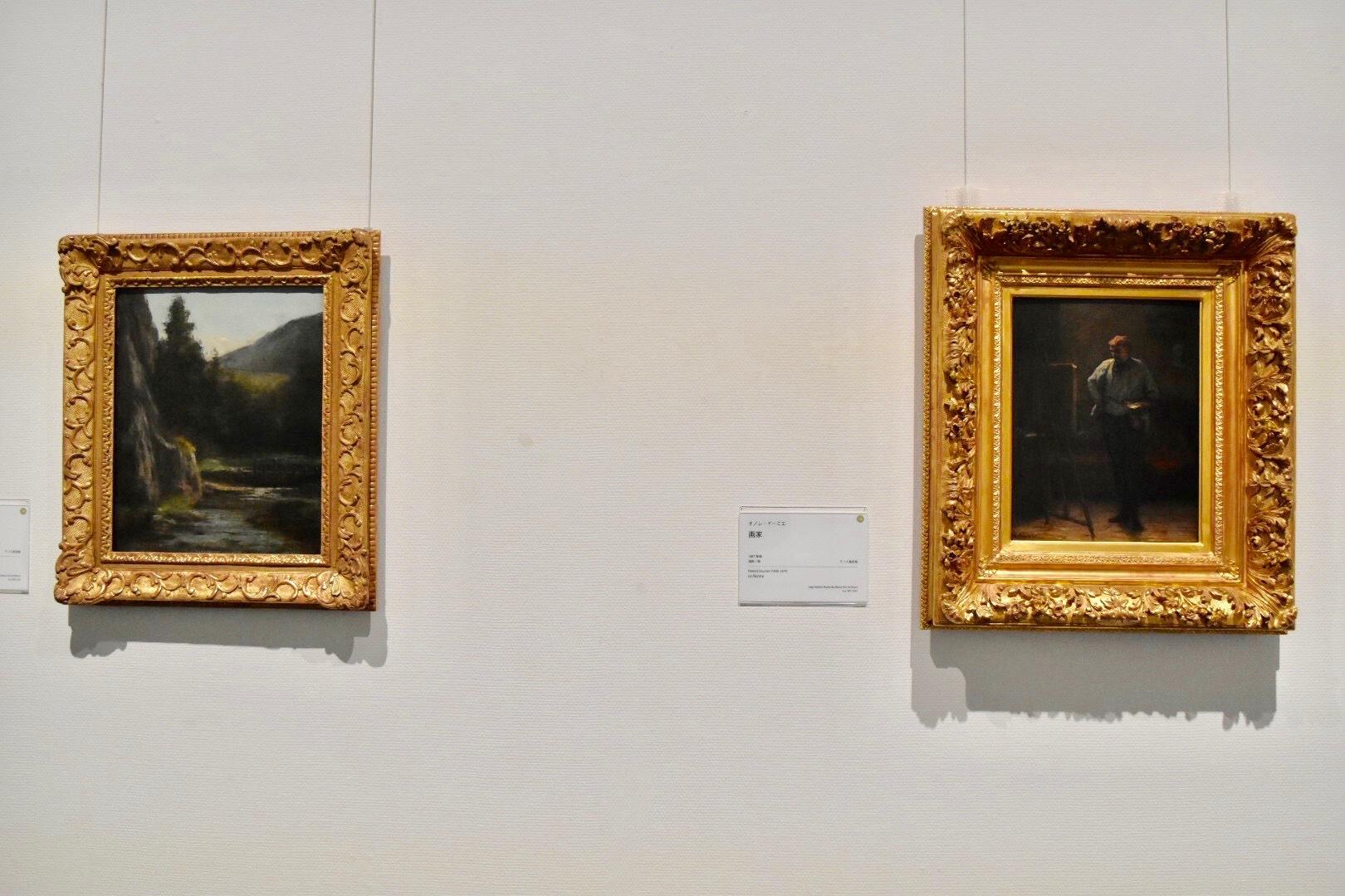 左:ギュスターヴ・クールベ 《岩壁、モミの木、小川》 ランス美術館蔵 右:オノレ・ドーミエ 《画家》 1867年頃 ランス美術館蔵