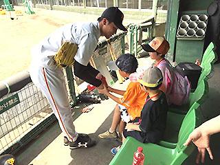 試合前にベンチで打撃練習を見学できる「打撃練習見学ツアー」(28日、29日実施)