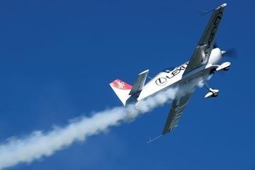 「レッドブル・エアレース」に参戦中の日本人パイロット・室屋義秀によるフライトパフォーマンスも (c)Taro Imahara TIPP
