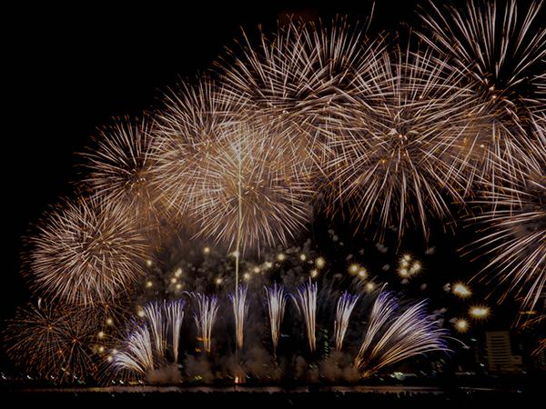 フィナーレ 空一面を照らすラストの花火