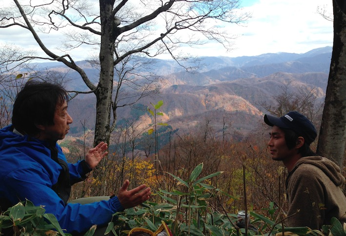山熊田マタギの頭領と、大鳥マタギ見習いの青年と、ニノ股峠で。