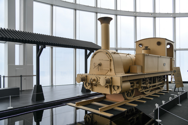 天空駅と「巨大1号蒸気機関車」の実物大ダンボール模型