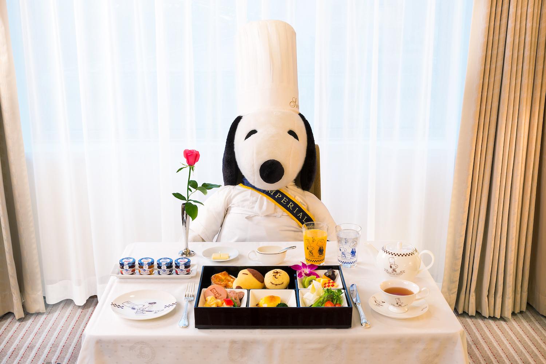 料理長スヌーピーと、期間限定の宿泊プラン「Grand Chef SNOOPY」の朝食 (写真=オフィシャル提供)
