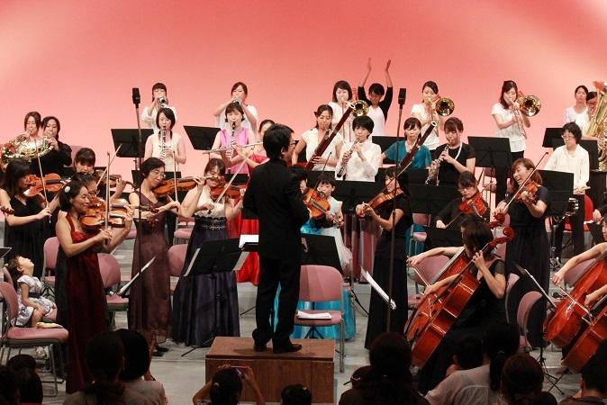 """「天国と地獄」の""""カンカン""""では、オーケストラは総立ち。そしてお客さまも…。 写真提供:西宮きらきら母交響楽団"""