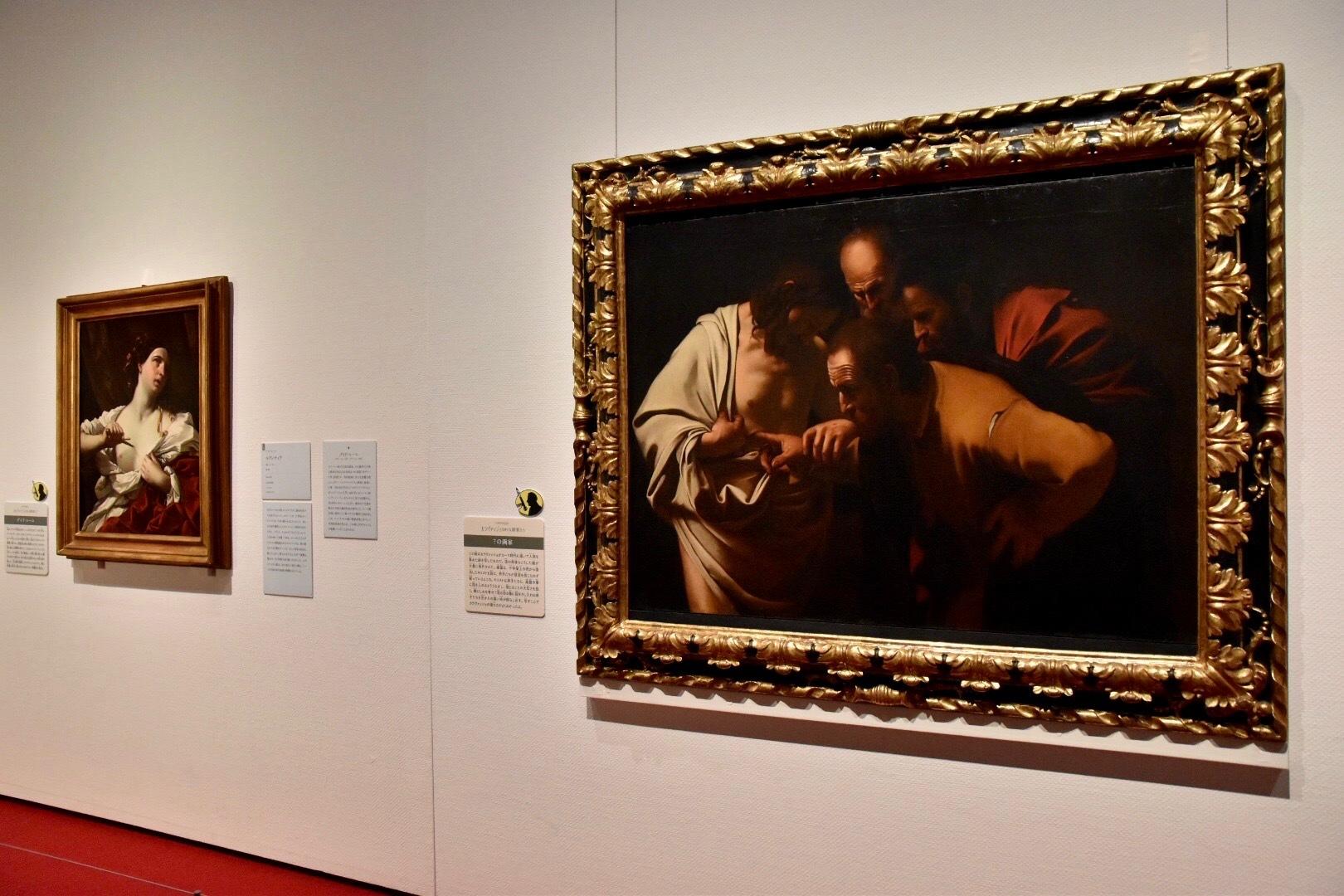 右:17世紀前半の不詳画家《聖トマスの不信(カラヴァッジョ作品からの模写)》1610年頃-66年(ウフィツィ美術館蔵)、左奥:グイド・レーニ《ルクレティア》(個人蔵)