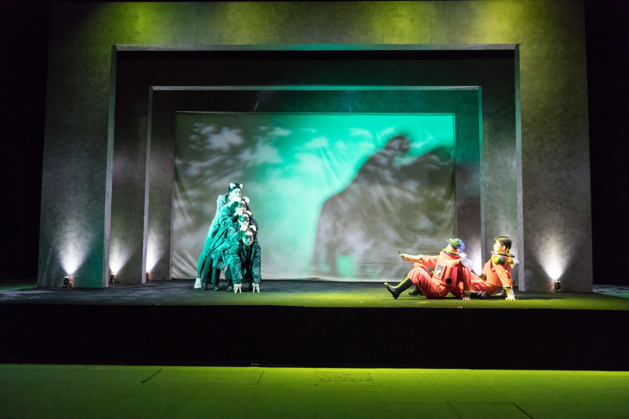 円・こどもステージ公演『青い鳥』(メーテルリンク作、阿部初美構成・演出)の舞台より。 撮影/森田貢造
