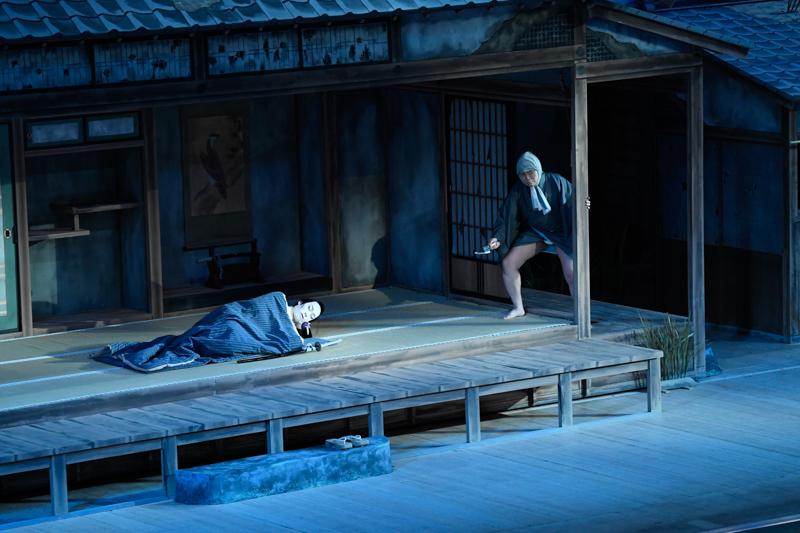 令和3年2月歌舞伎座『泥棒と若殿』(左から)松平成信=坂東巳之助、伝九郎=尾上松緑 /(C)松竹