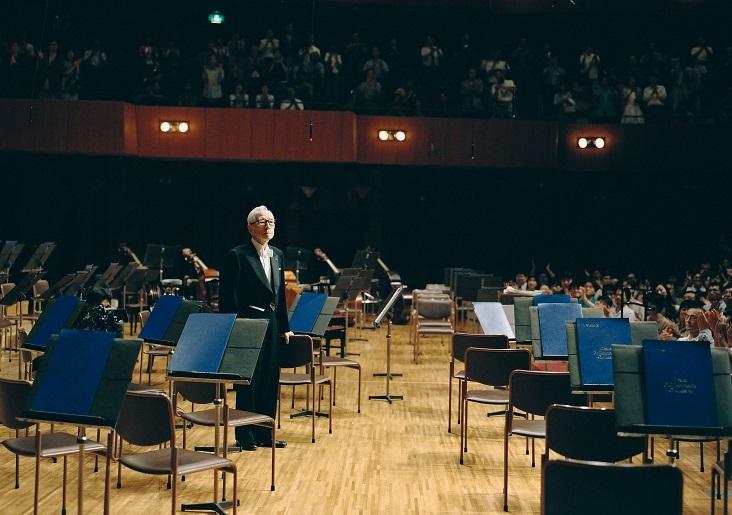 ブルックナー8番を終えた後、何度もステージに呼び戻される(2001.7) (C)飯島隆
