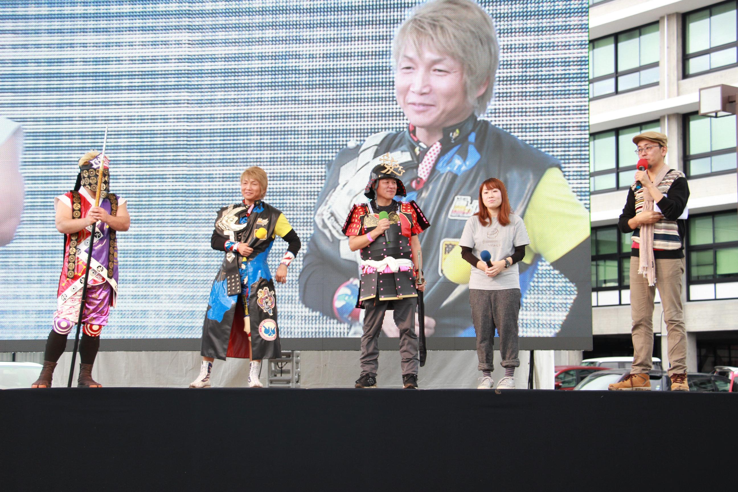 左から 将火怒選手、日高郁人選手、メガネスーパー星﨑社長、萩原さちこさん、FROGMAN