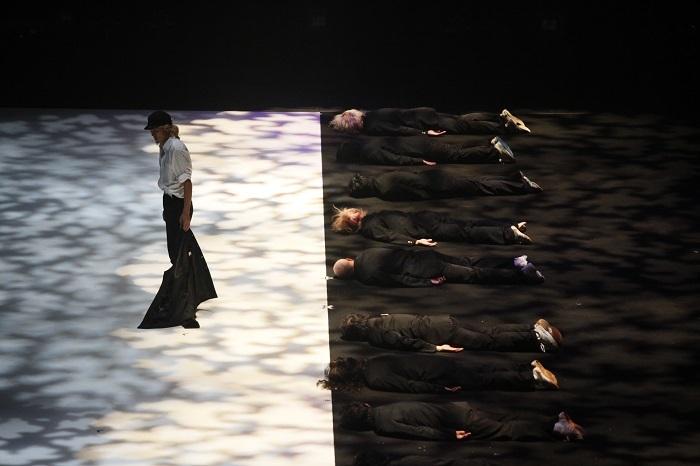 コンドルズ埼玉公演2009『白と黒のナイフ』(2009) ©池上直哉