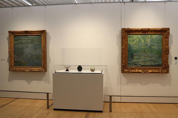 睡蓮をモチーフにしたガレの作品をポーラ美術館所蔵のモネの絵画とともに展示した空間も