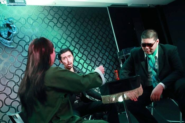 THE ROB CARLTONのマフィア3人組のコント。ボブが中国系、ダイチがラテン系、満腹がアングロサクソン系のマフィアを演じている。 [撮影]山本和幸