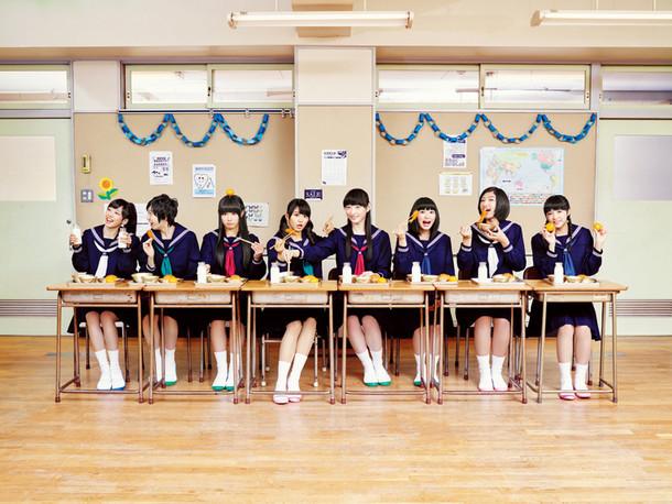 私立恵比寿中学。右から3番目が柏木ひなた。