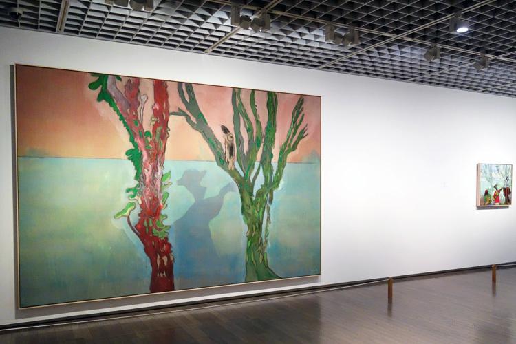 左:《二本の樹木(音楽)》2019 水性塗料、麻 240x360cm 作家およびマイケル ヴェルナー ギャラリー、ニューヨーク/ロンドン、右:《音楽(二本の樹木)》2019 水性塗料、麻 70x81.5cm 作家蔵