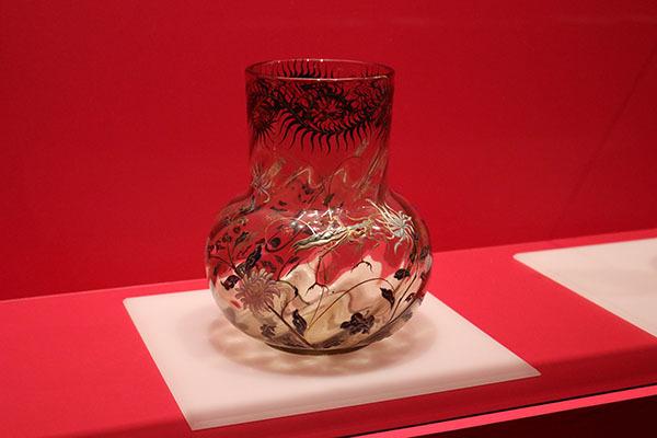 《菊にカマキリ文花器》(1884~1904年、ポーラ美術館蔵)