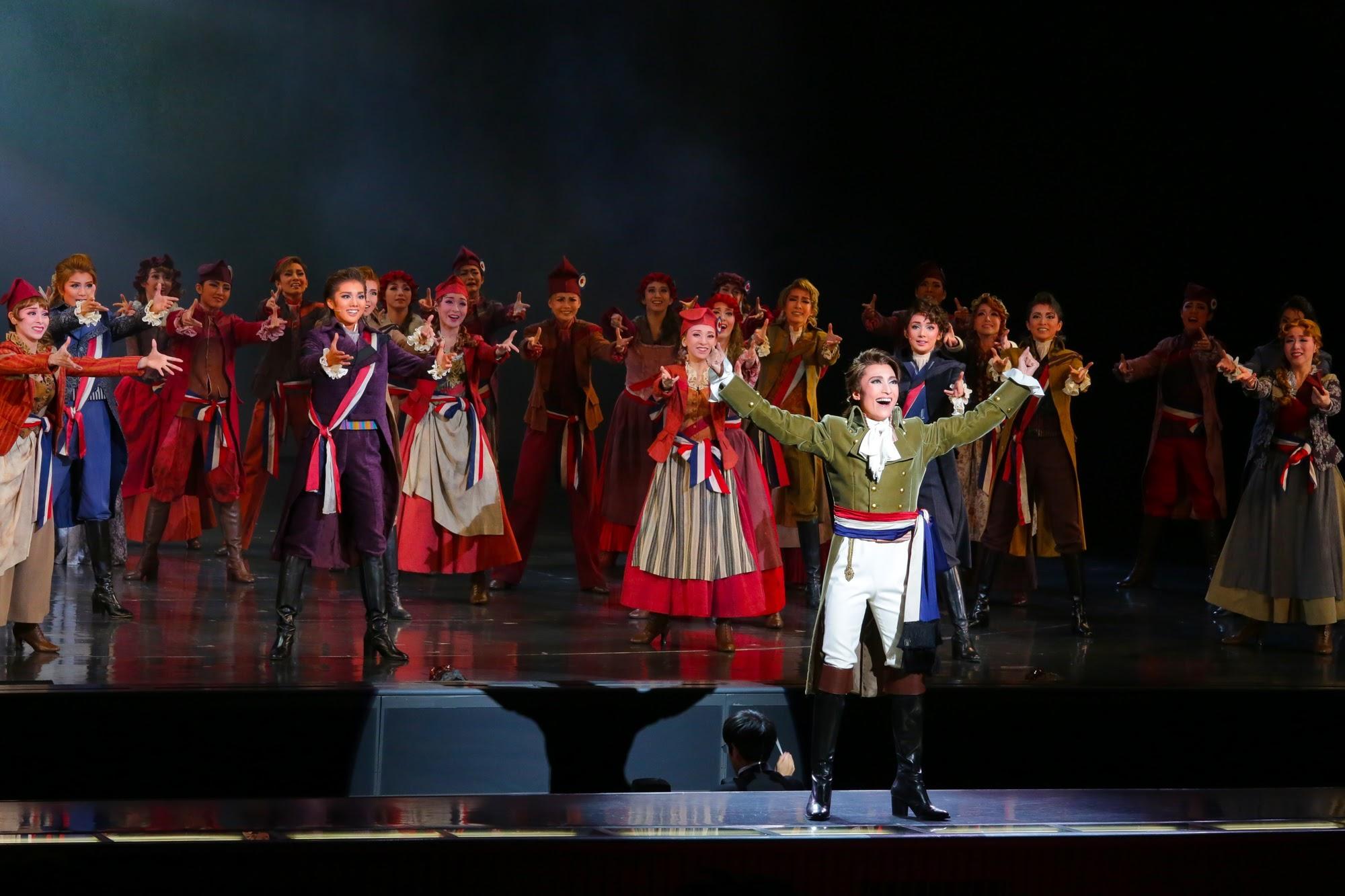 革命の勝利に沸くロベスピエールたち (c)宝塚歌劇団