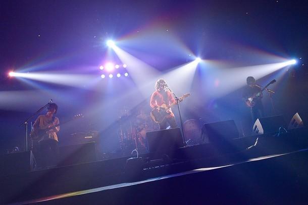 KANA-BOON「KANA-BOONのとぅるとぅるかむとぅるーTOUR 2015 ~夢のアリーナ編~」東京・日本武道館公演の様子。(撮影:古溪一道)