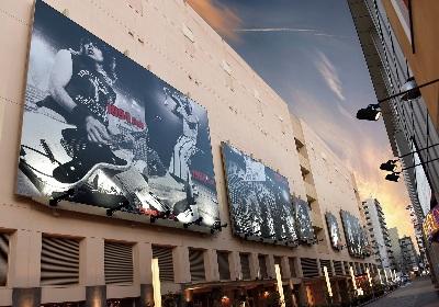 ラモーンズやモーターヘッドらロックレジェンドのライブ写真がズラリ! 川崎クラブチッタ通りに巨大ロックストリート誕生