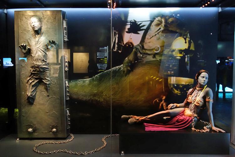 左:カーボン冷凍されたハン・ソロ 右:奴隷となったレイア