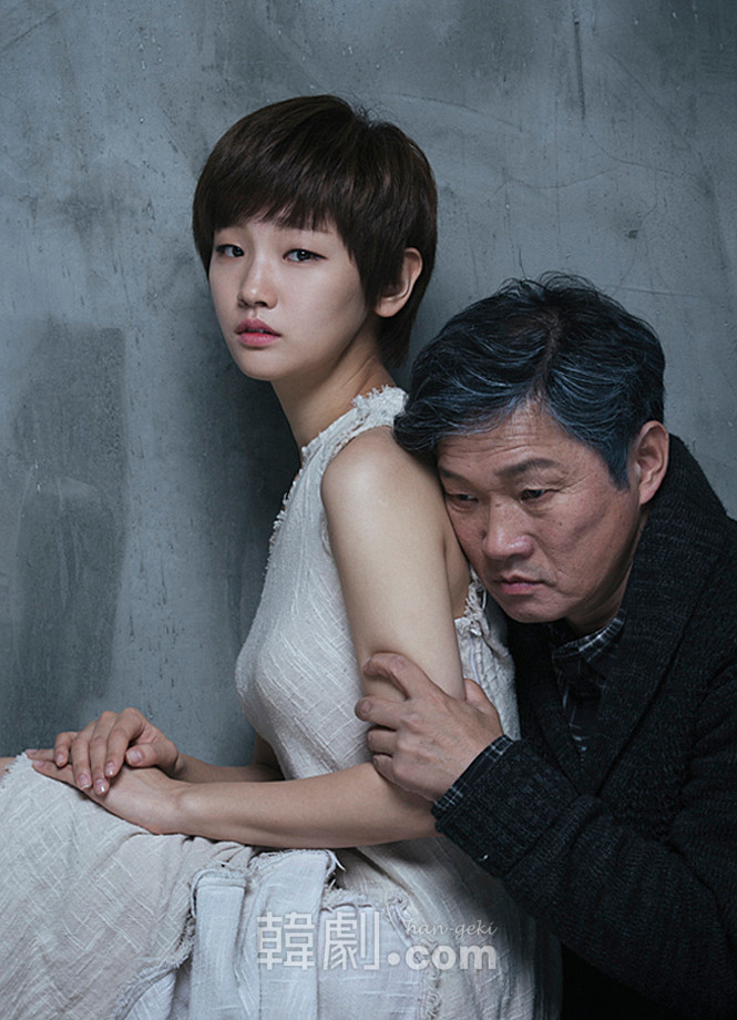 ヴァンパイア少女イーライ役のパク・ソダム(左)と父ホーカン役のチュ・ジンモ