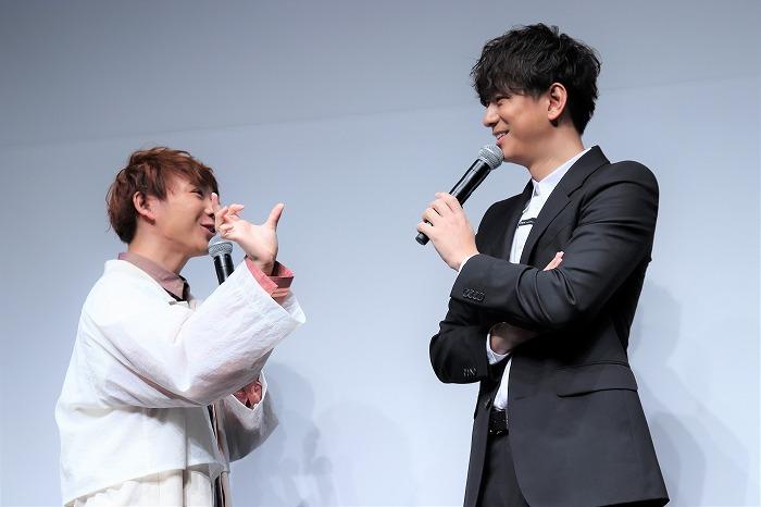 「このくらいの距離で芝居していたんですけど!?」と三浦さんに食いつく須賀さん