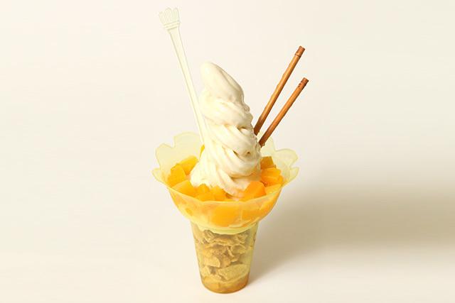 ソフトクリームに濃厚なピーチシロップを組み合わせた「スペシャルピーチパフェ」(700円)