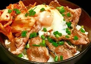 3月21日に出店するキッチンカー「焼肉大黒天」の「温玉牛カルキムチ丼」