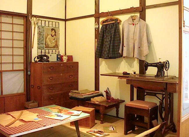 ミシンで洋裁が行われていた、一般家庭のお茶の間を再現した部屋
