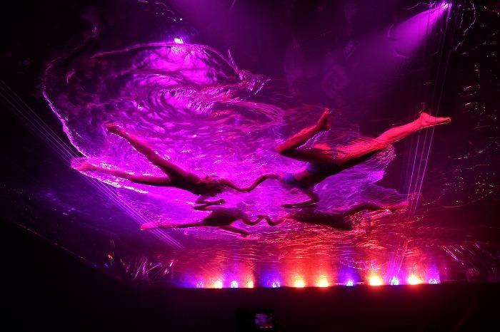 空中に透明のプールが出現!