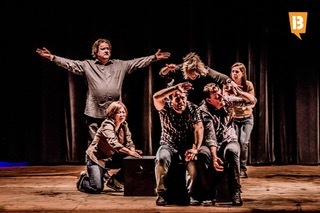 絹川が所属する国際インプログループ「Orcas Island Project」による即興演劇の舞台写真(イタリア)