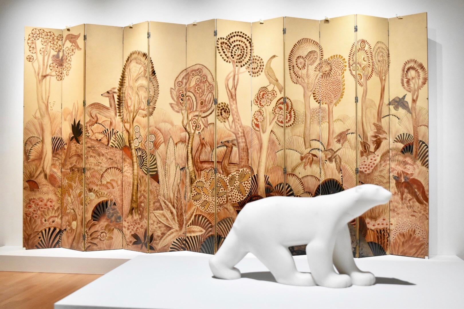 手前:《シロクマ》 フランソワ・ポンポン 1923-33年 群馬県立館林美術館蔵 奥:《森》 ジャン・デュナン 20世紀前半 モビリエ・ナショナル(パリ)蔵