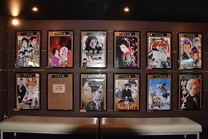 芦原温泉 あわらに貼り出されている、これまでと今後の公演劇団。