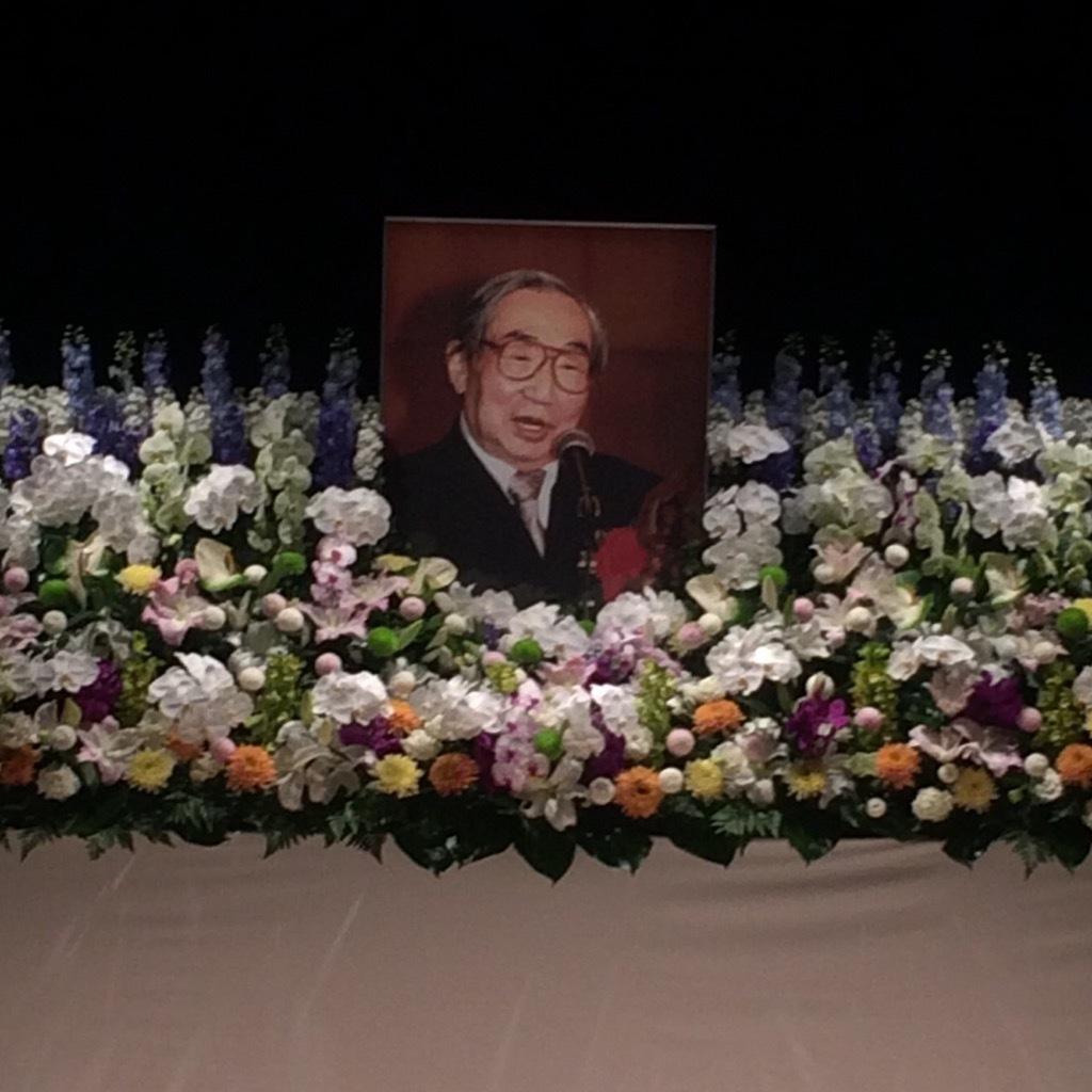 祭壇に立てられた熊倉一雄さんの遺影。恵比寿・エコー劇場。