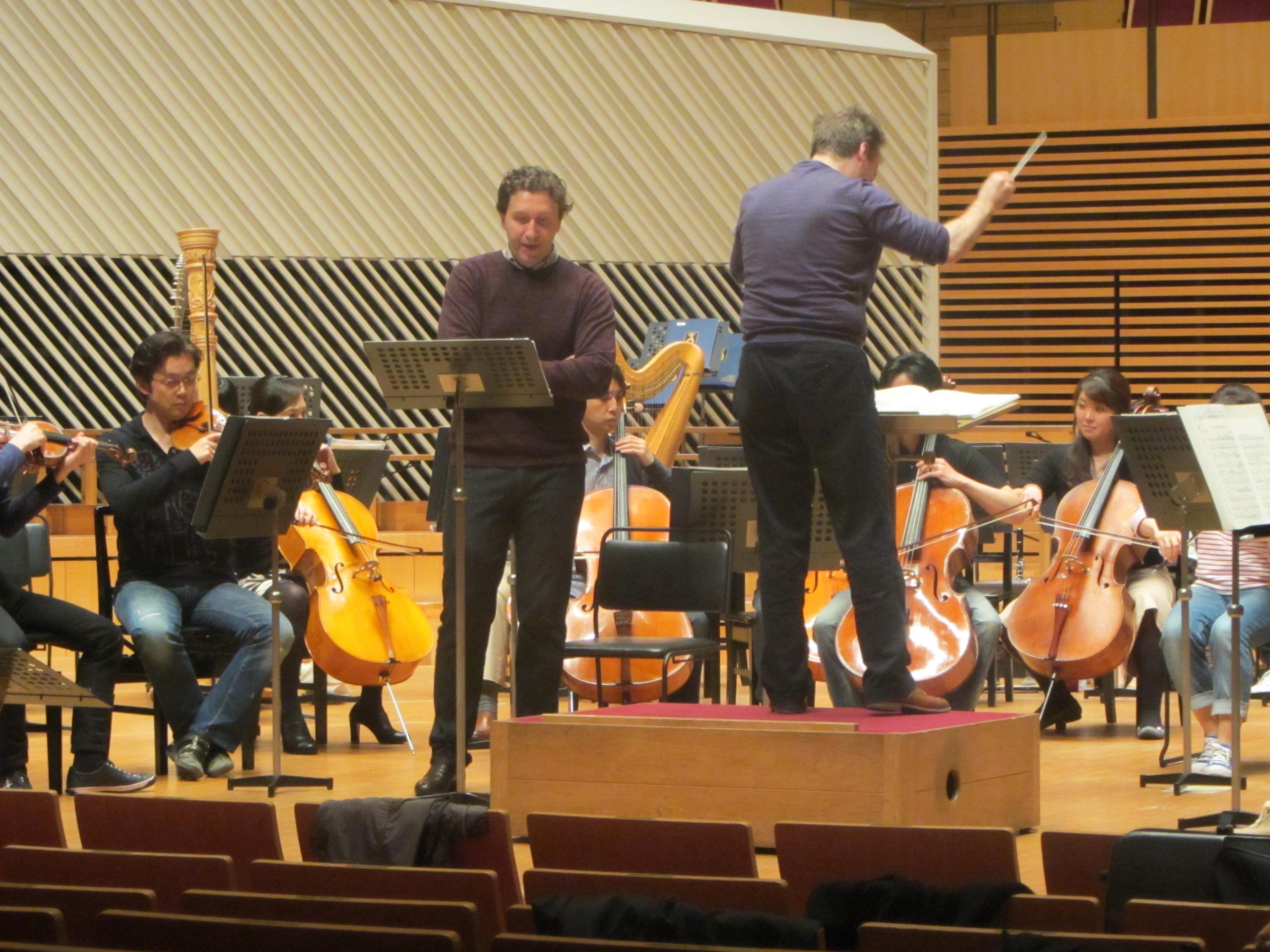ストラジャナッツを交えて、精緻なリハーサルは進む 提供:東京交響楽団は
