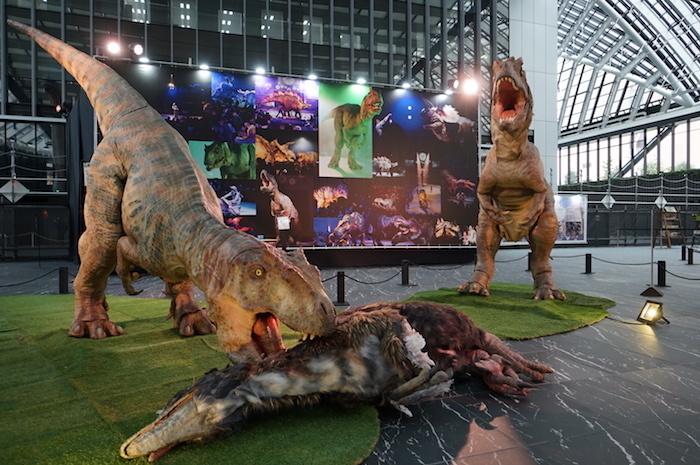 獲物に食らいつくアロサウルス5号(2015年)、4号(2014年)