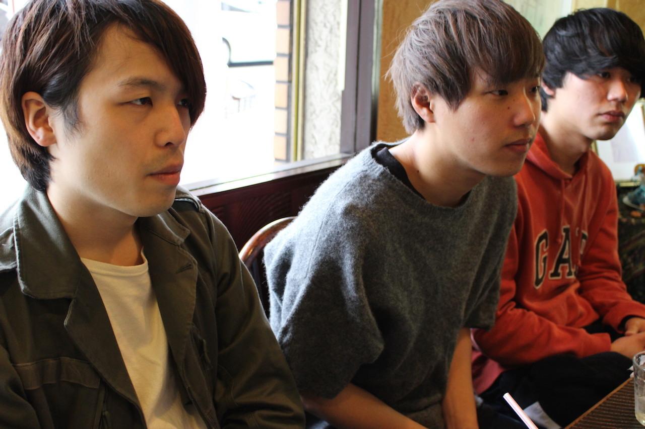 左から、松本和也(Dr)、長谷川海(Vo/Gt)、松岡大暉(Ba)