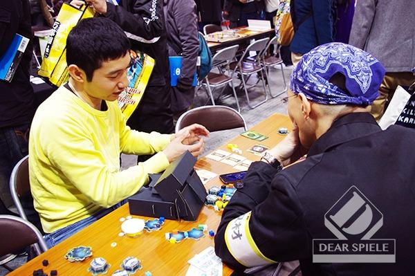 作者の濱田氏によるインストを受けるボードゲームジャーナリスト小野氏 (c)DEAR SPIELE