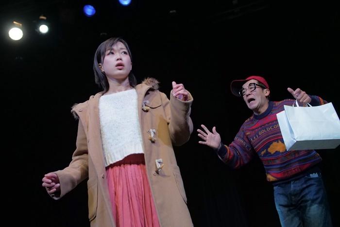 T-works#1『源八橋西詰』より。(左から)丹下真寿美、坂田聡。 [撮影]堀川高志