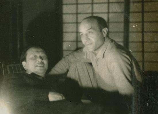 1954年4月1日 イサム・ノグチと岡本太郎 北鎌倉の夢境庵にて