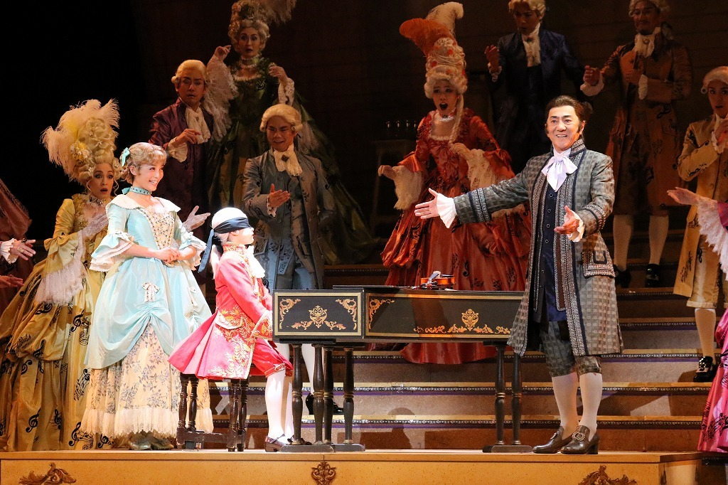 (右)市村正親(レオポルト役)、(左)和音美桜(ナンネール役)  写真提供:東宝演劇部