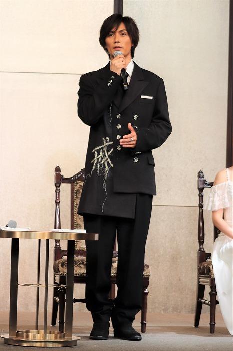 加藤さんの衣裳も城田さんの衣裳と同じ方のデザインのようですね!