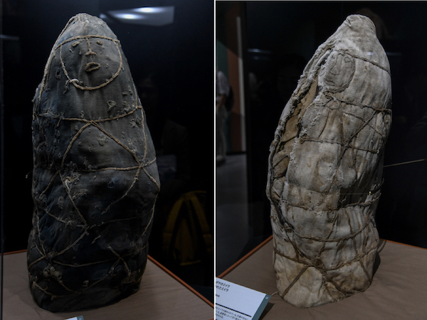 左/《チャチャポヤのミイラ クエラップタイプのミイラ》 右/《チャチャポヤのミイラ 包みが裂かれたミイラ》 ともに、ペルー、レイメバンバ 先コロンブス期、チャチャポヤ=インカ文化 ペルー文化省・レイメバンバ博物館