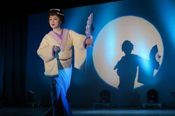 橘炎鷹座長。シルエットがくっきりと幕に映る。(2015/11/14) 半田なか子さん撮影