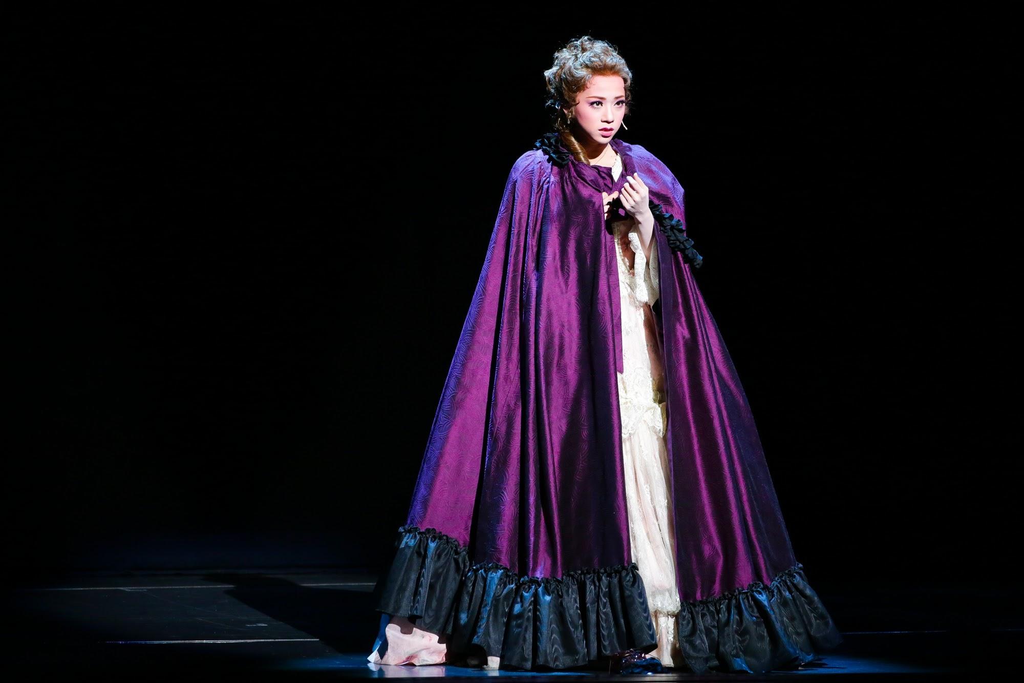 復讐のため主人公に近づくマリー=アンヌ(真彩希帆) (c)宝塚歌劇団