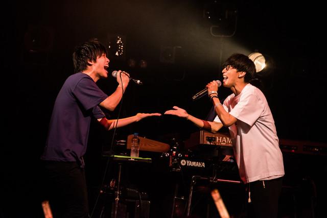 「ようこそジャパリパークへ」を熱唱する生田鷹司(左)とオーイシマサヨシ(右)。(撮影:曽我美芽)