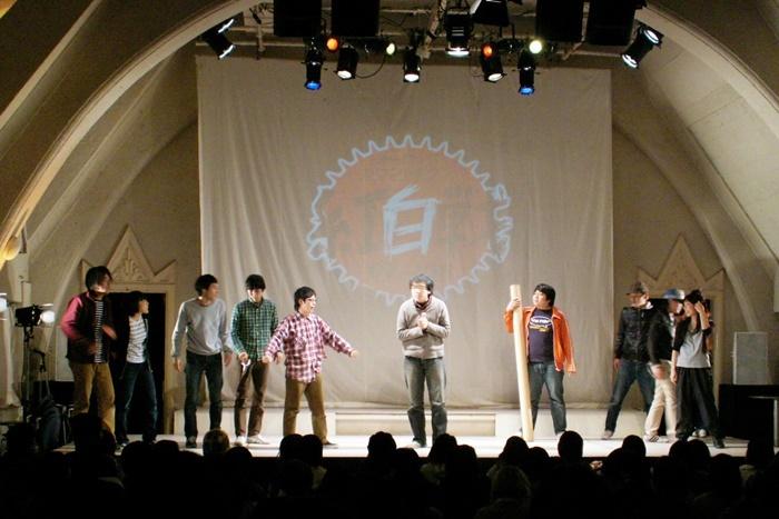 「ヨーロッパ企画カウントダウン2007→2008」より。劇団員たちが紅白に分かれてゲーム対決をした。 [撮影]吉永美和子