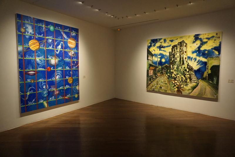 横尾忠則(左)《誰が故郷を想わざる》2001年、(右)《DNF:暗夜光路 眠れない街》2001年