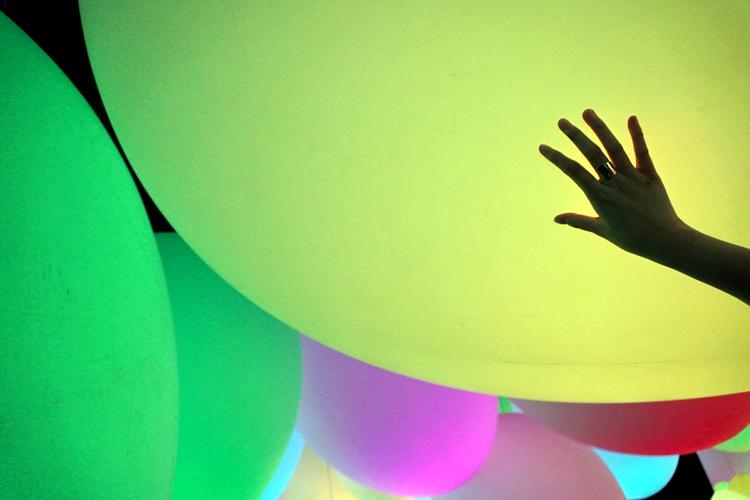 《重力にあらがう呼応する生命の森》。球体に触ると色が変わる。