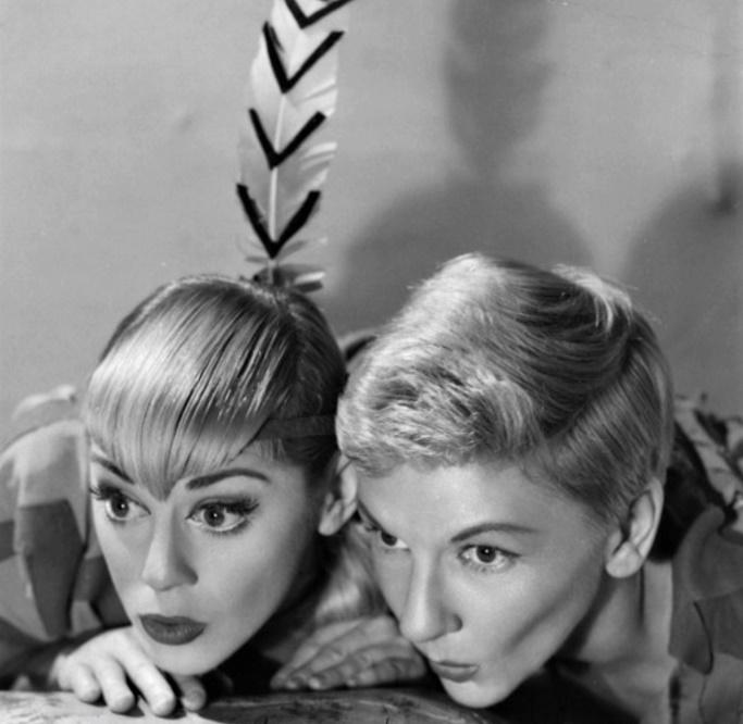 ミュージカル版『ピーターパン』のブロードウェイ初演(1954年)で、タイトル・ロールを演じたメリー・マーティン(右)と、タイガー・リリー役のソンドラ・リー Photo Courtesy of Sondra Lee
