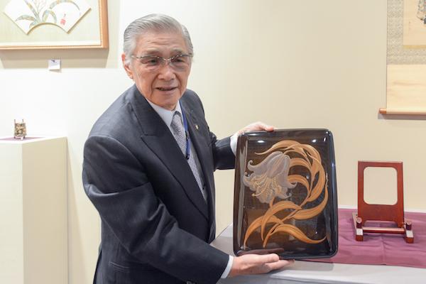 三田村自芳の《百合花蒔絵文庫》の説明をしてくれた「ギャラリー竹柳堂」の藤澤繁さん